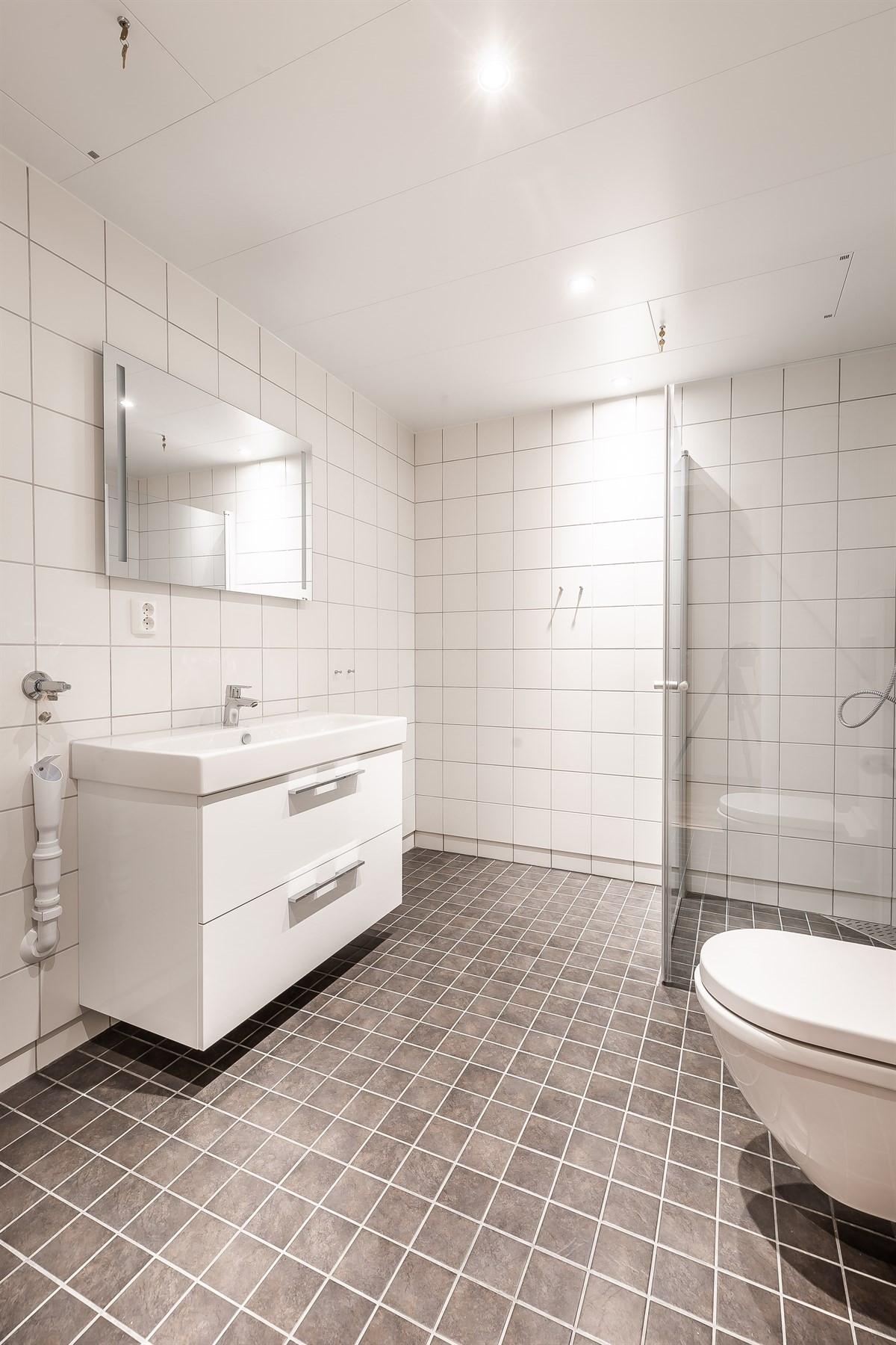 Fliselagt baderom med dusjhjørne