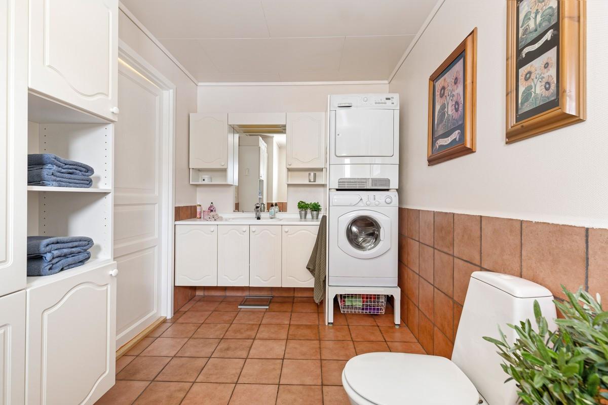 Flislagt bad med gulvvarme og opplegg til vaskemaskin og tørketrommel