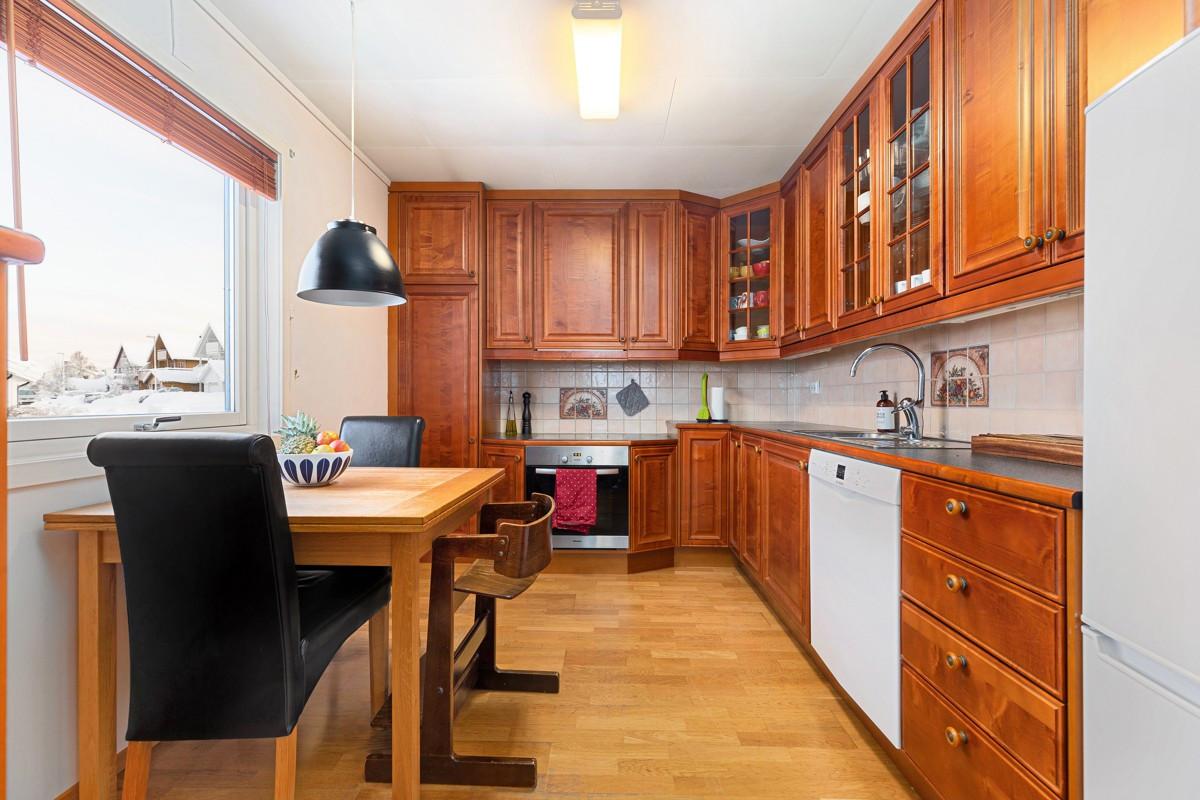 Romslig kjøkken med plass til kjøkkenbord ved vinduet