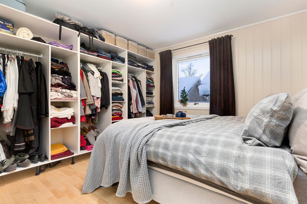 Rikelig med plass til oppbevaring i stort garderobeskap