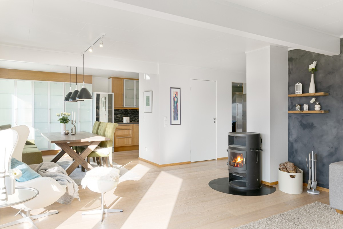 Vedfyring i stue som gir deilig varme på kalde dager