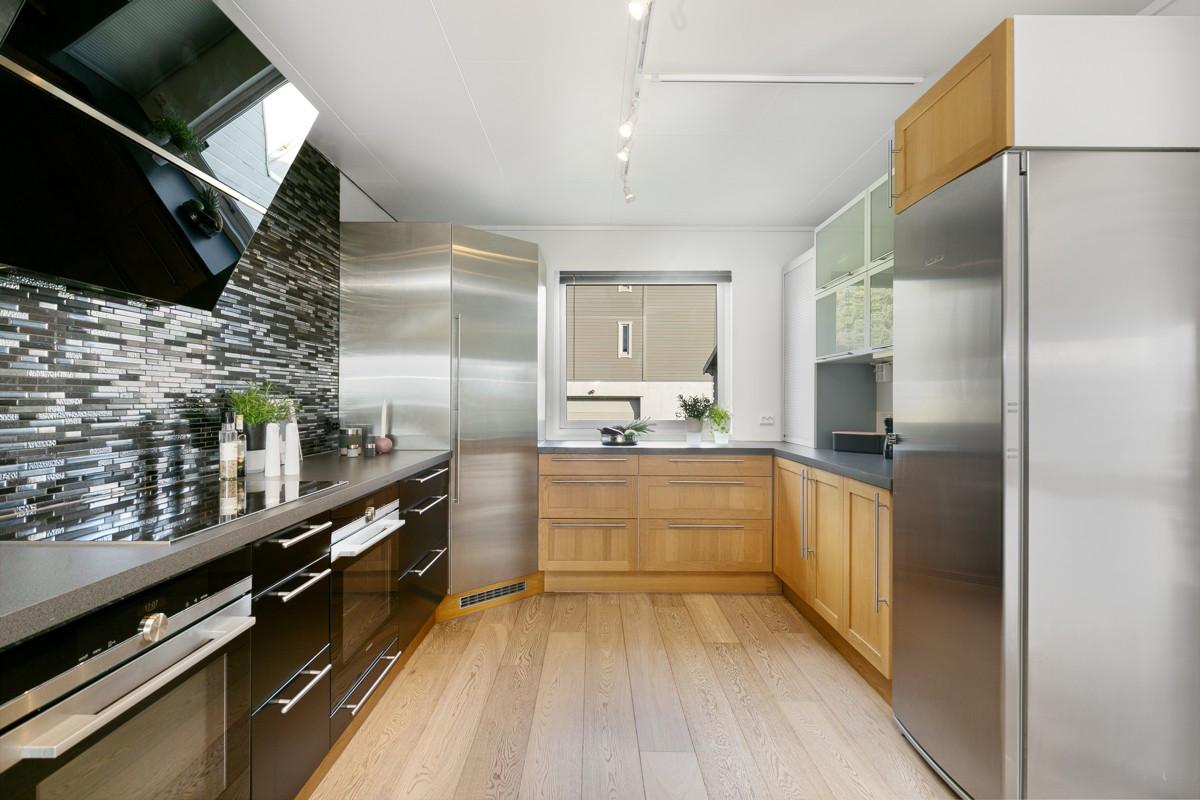 Kjøkkenet er meget romslig med god plass til oppbevaring i skuffer og skap