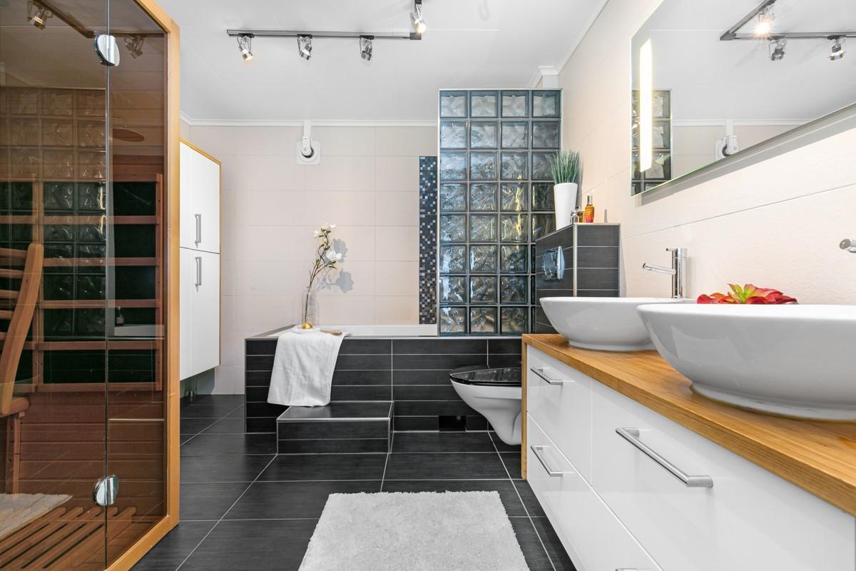 Komplett flislagt og lekkert bad med badstue og badekar