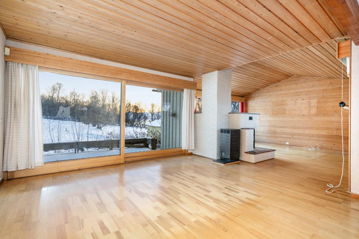 Meget romslig stue med store vindusflater som gir rikelig med naturlig lysinnslipp