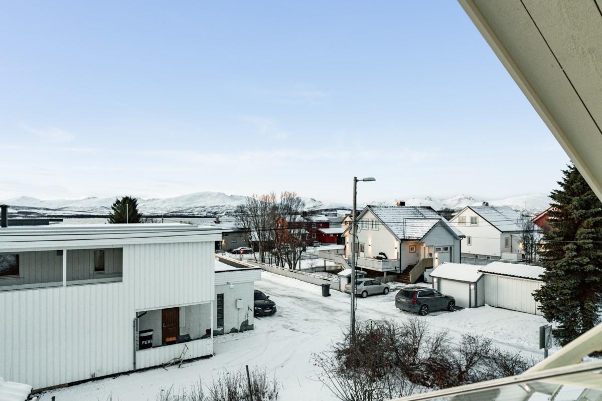 Utsikt mot nærmiljø og deler av Kvaløya