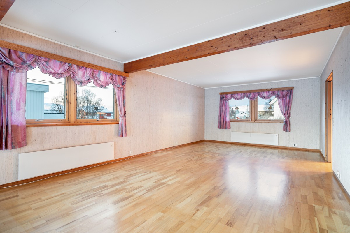 Stue er praktisk adskilt i flere soner med god plass til møblering etter eget ønske