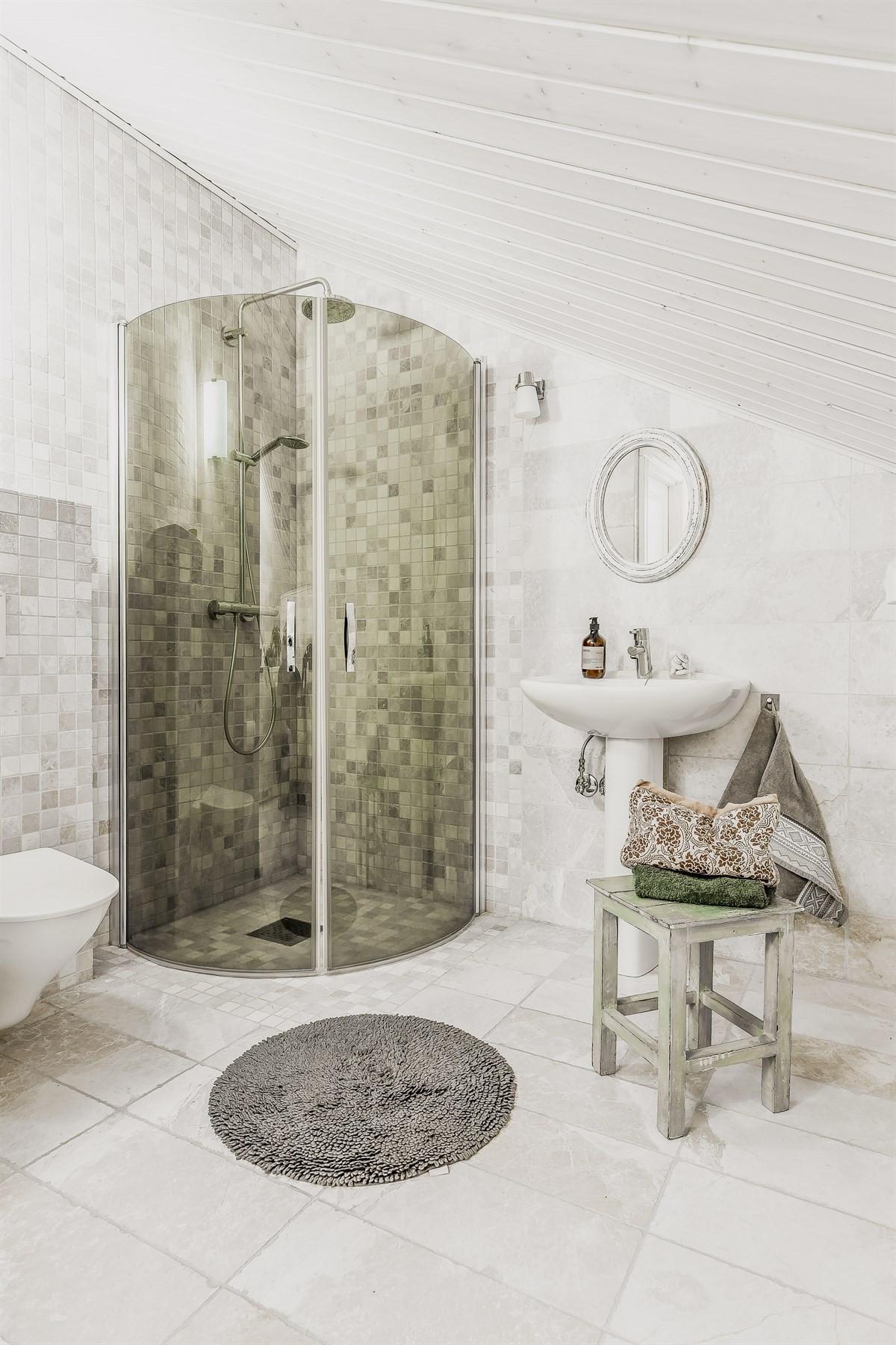 Baderommet består av dusjhjørne, wc og servant - her er det også rom for vask/tørk