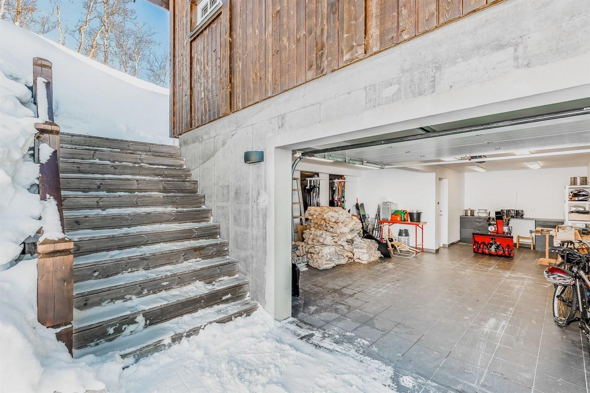 I underetasjen er det en stor integrert garasje med plass for bil, men også for en del utstyr, ved, mv.