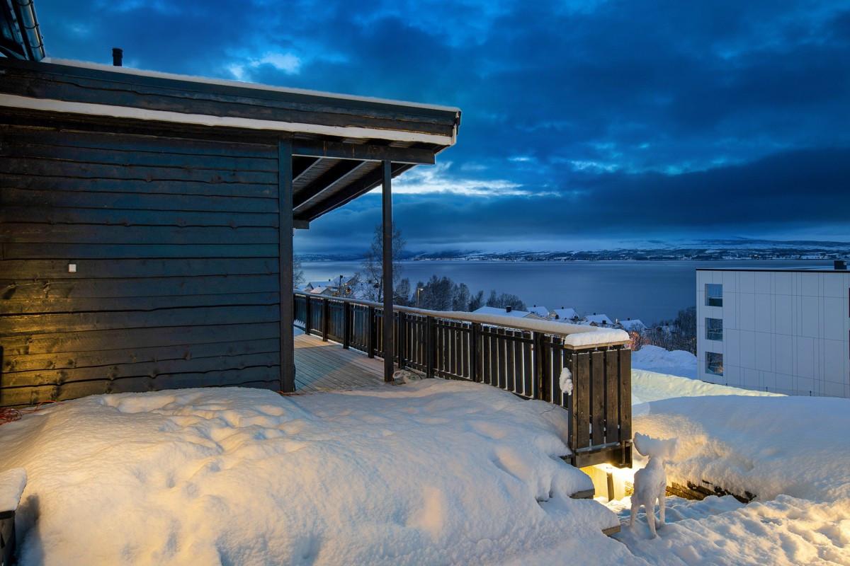 Stor veranda med fantastiske sol og utsiktsforhold