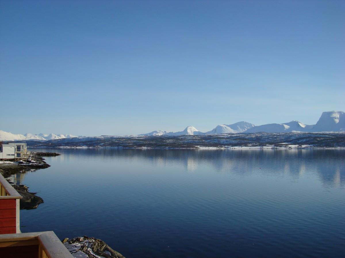Nydelig utsikt mot fjord og fjell