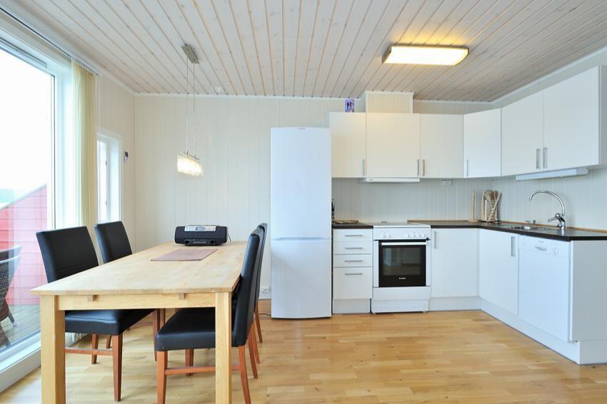 Kjøkken med hvite glatte fronter og opplegg til vaskemaskin