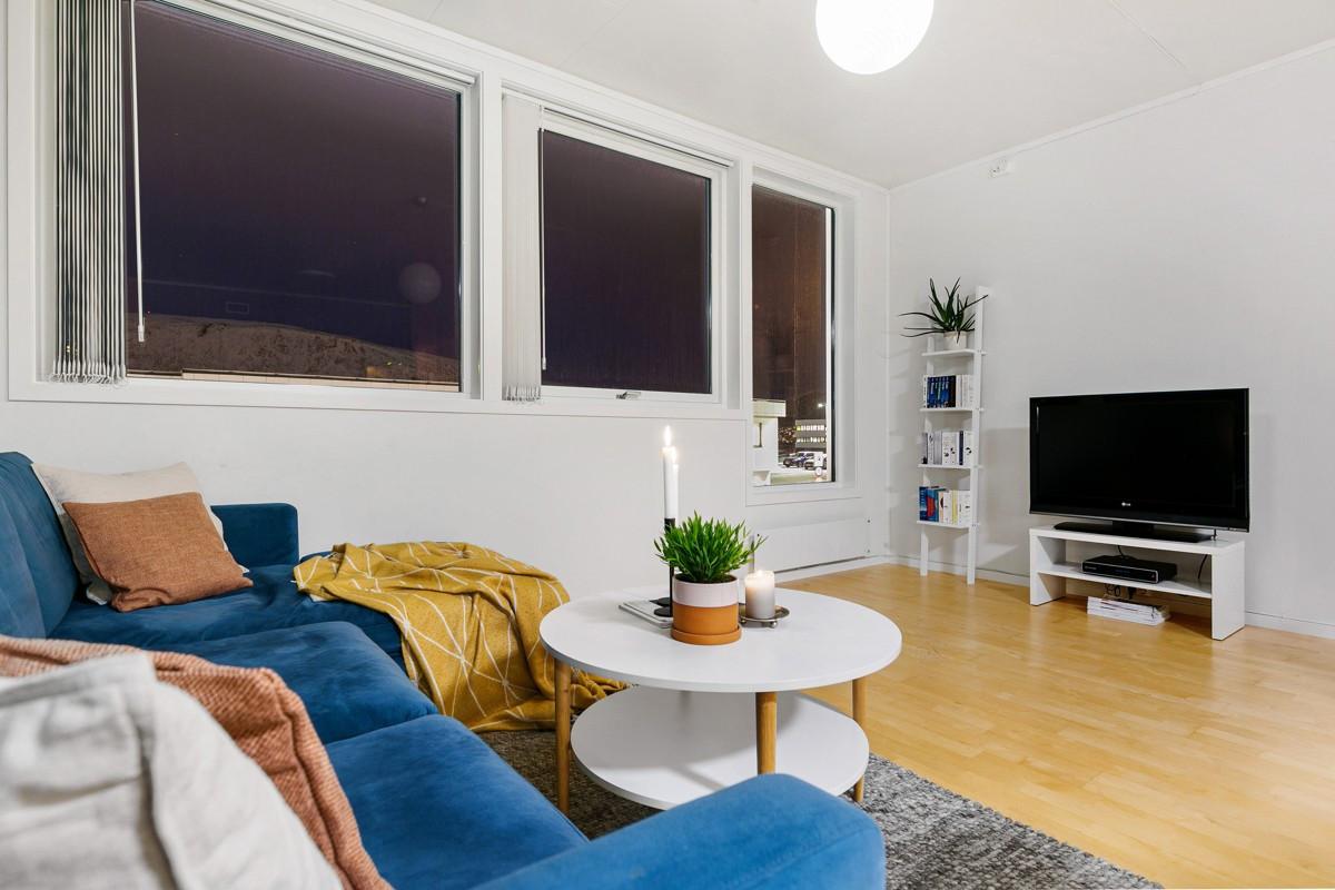 Stuen har store vinduer som gir rikelig med lysinnslipp