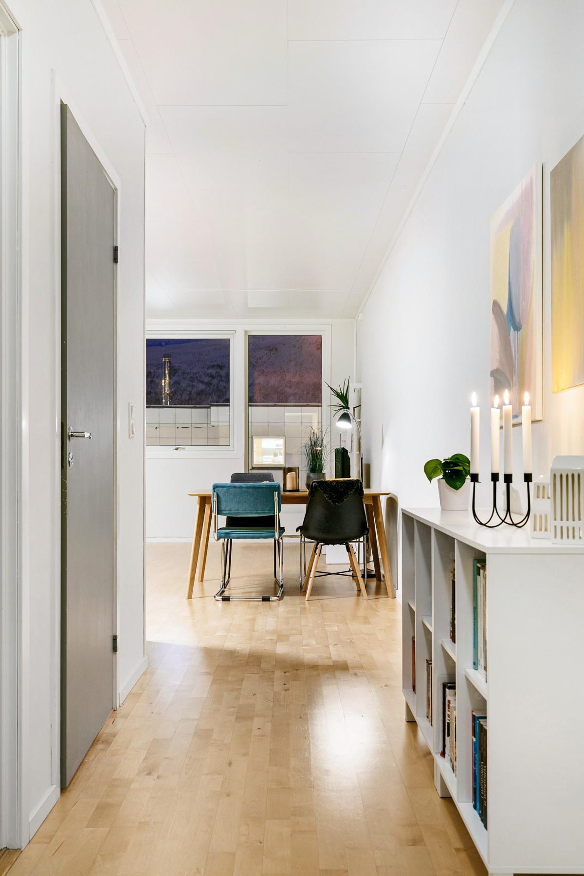 Gang mellom vindfang og kjøkken med inngang til soverom, bod og bad