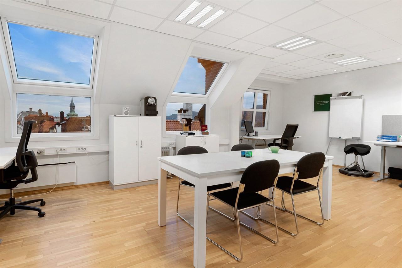 Lyse og tiltalende lokaler med gode vindusflater og fin utsikt.