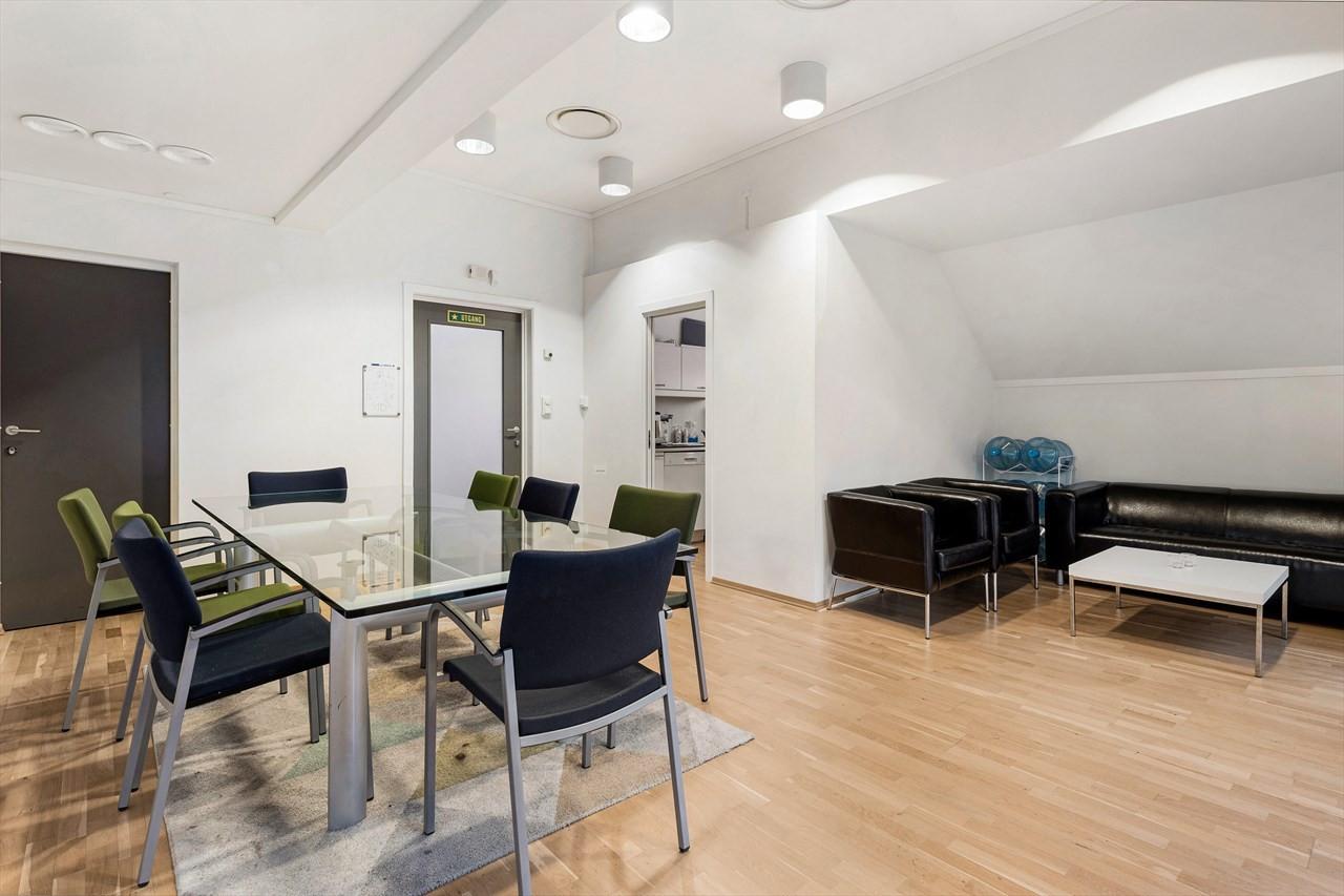 Kontorlokalene ligger i byggets øverste etasje hvor det også er flotte fellesrom med kjøkken, sosiale soner og bad/wc.