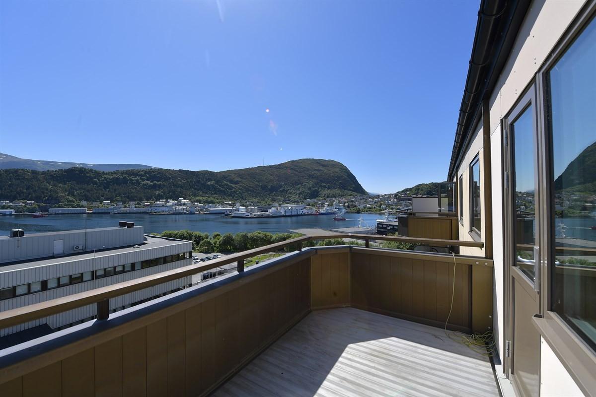 Flott leilighet med balkongen hvor man nyte svært gode sol- og utsiktsforhold.