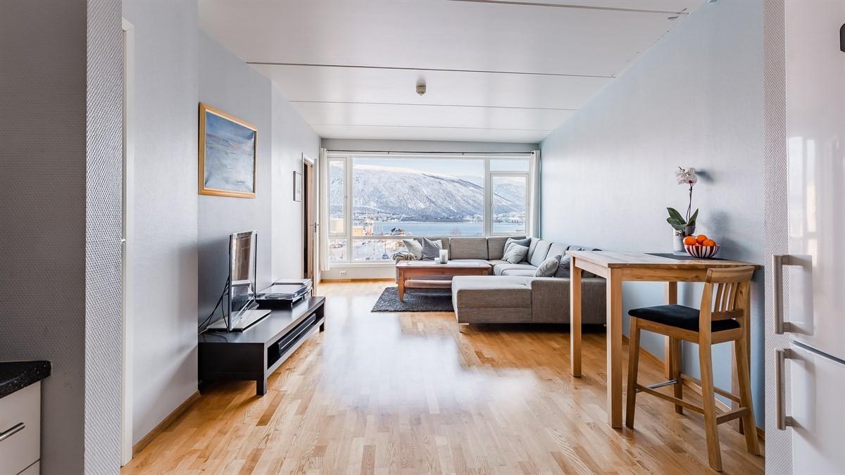 God plass til både spisebord og sofa