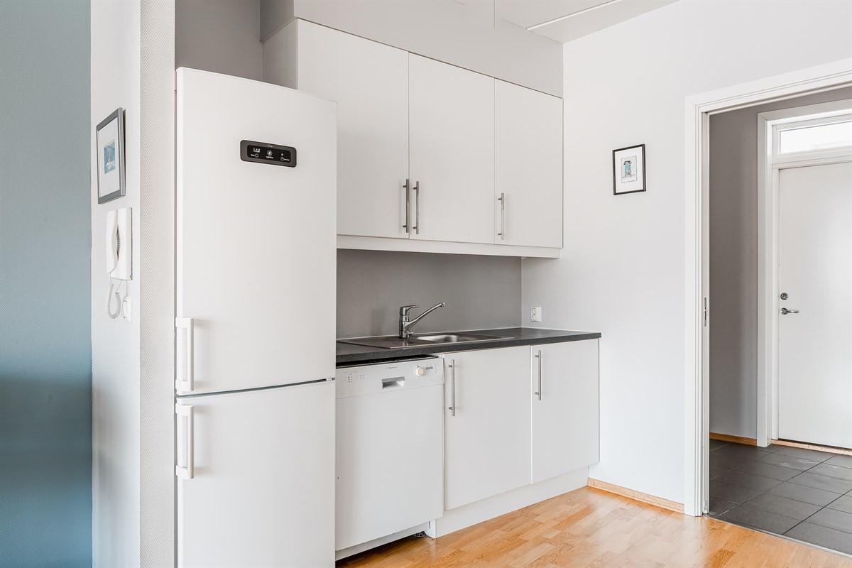 Kjøkkeninnredning med over- og underskap, benkeplate i laminat.