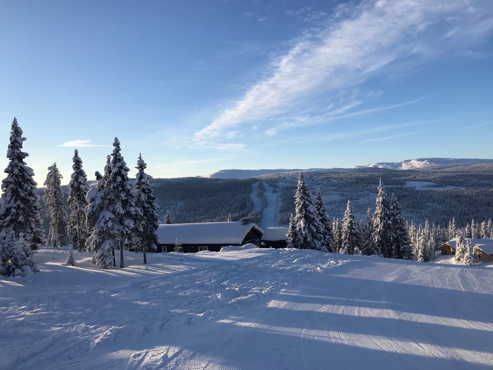 Bjørnliløypa, hytta og Varden i bakgrunnen