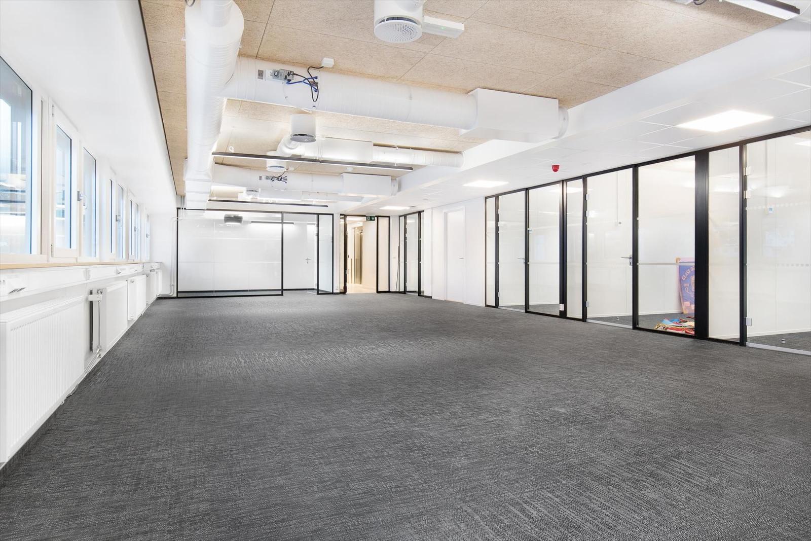 Nyinnredede kontorlokaler med moderne kvaliteter, sentralvarmeanlegg, ventilasjon m.v.