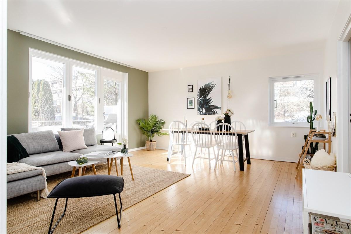 Lys, trivelig stue med endevindu og lune tregulv