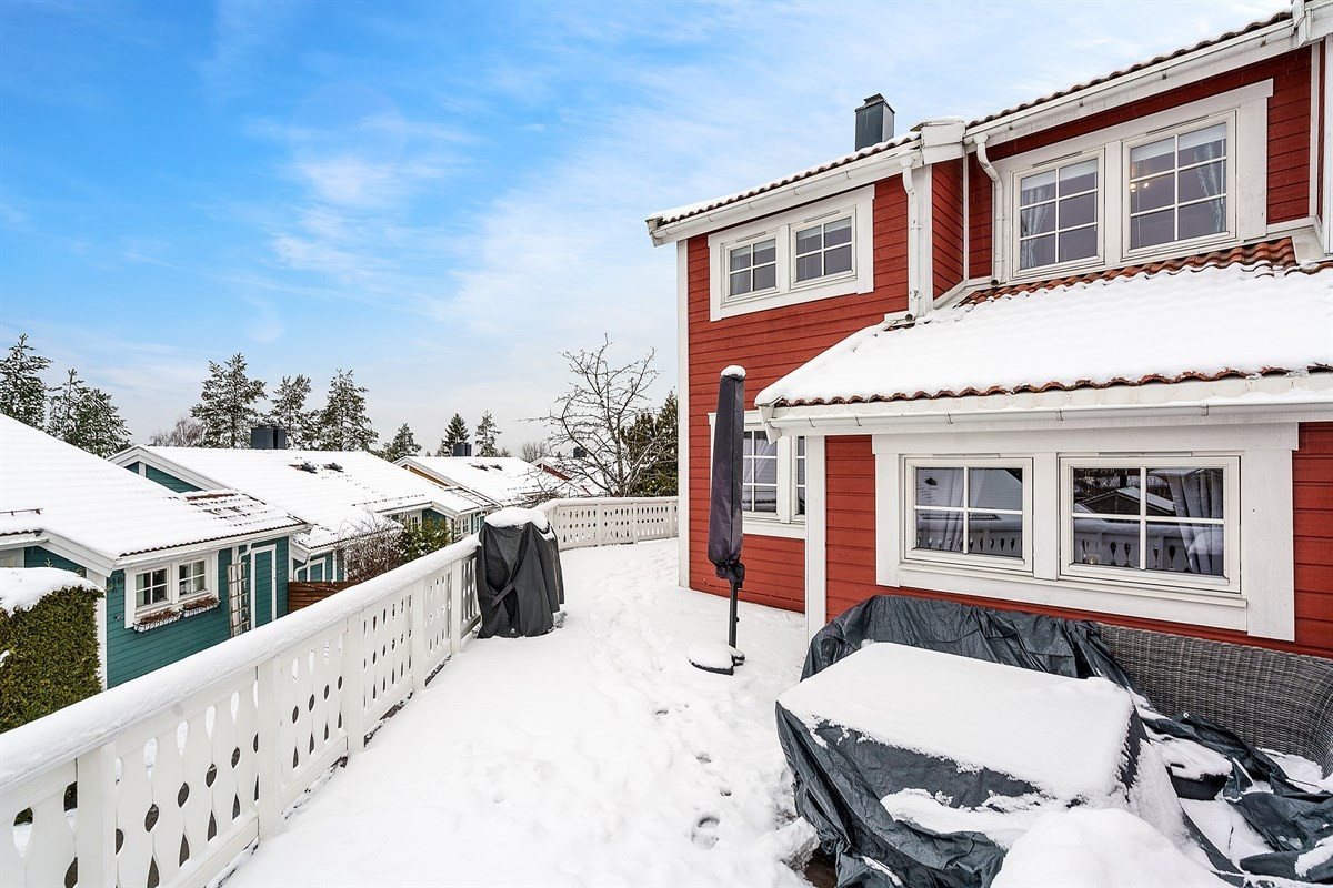 Velkommen til Åslandhellinga 202 - et attraktivt enderekkehus med god intern beliggenhet.
