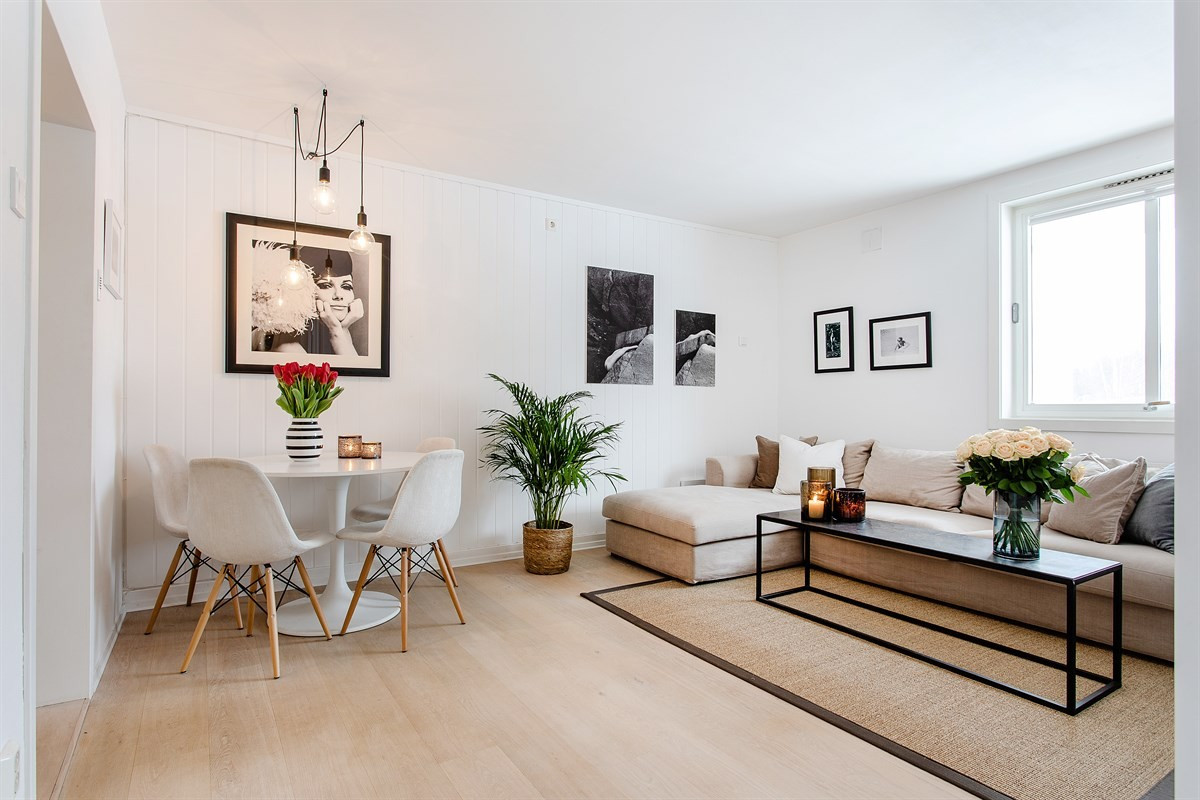 Lys, trivelig stue med plass til spisebord