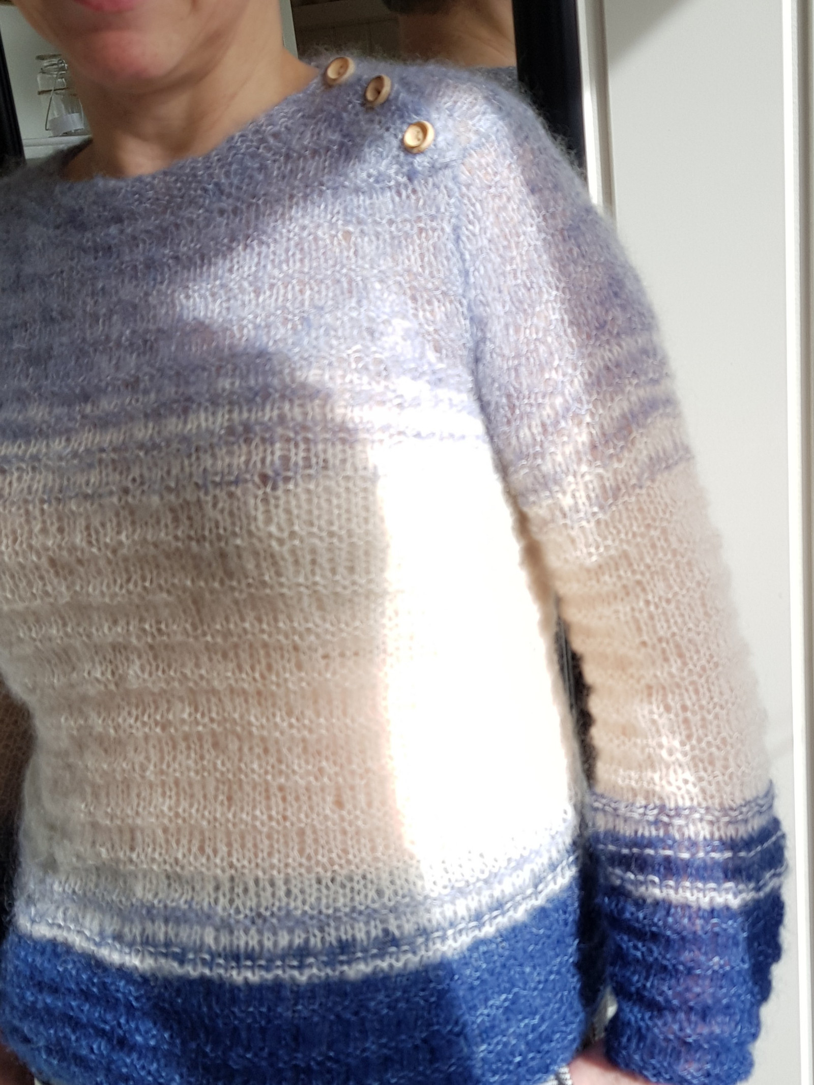 Helt ny, hjemmestrikket genser, lett og luftig. Str. XS S