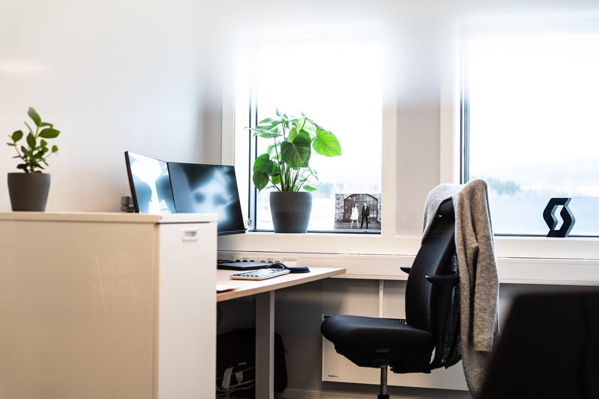 Kontorer med store vindusflater som gir gode lysforhold