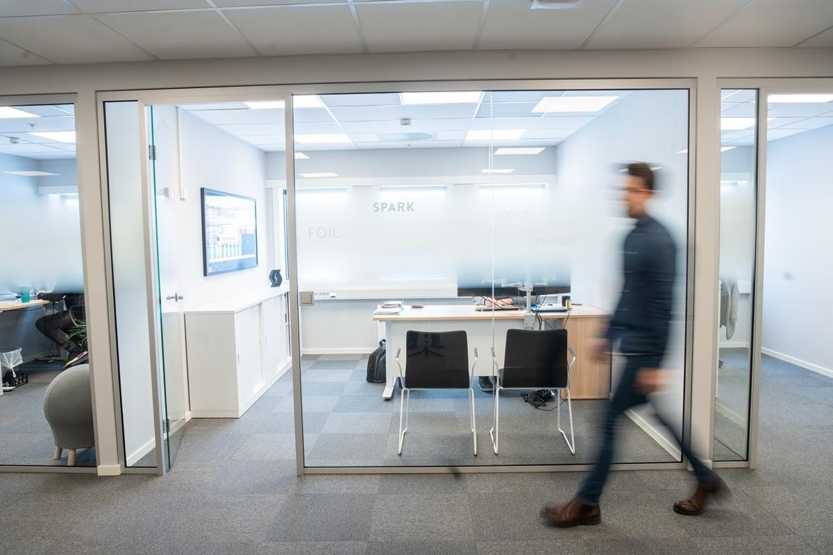 Utstrakt bruk av glass mellom kontorer og gangarealer/fellesareal