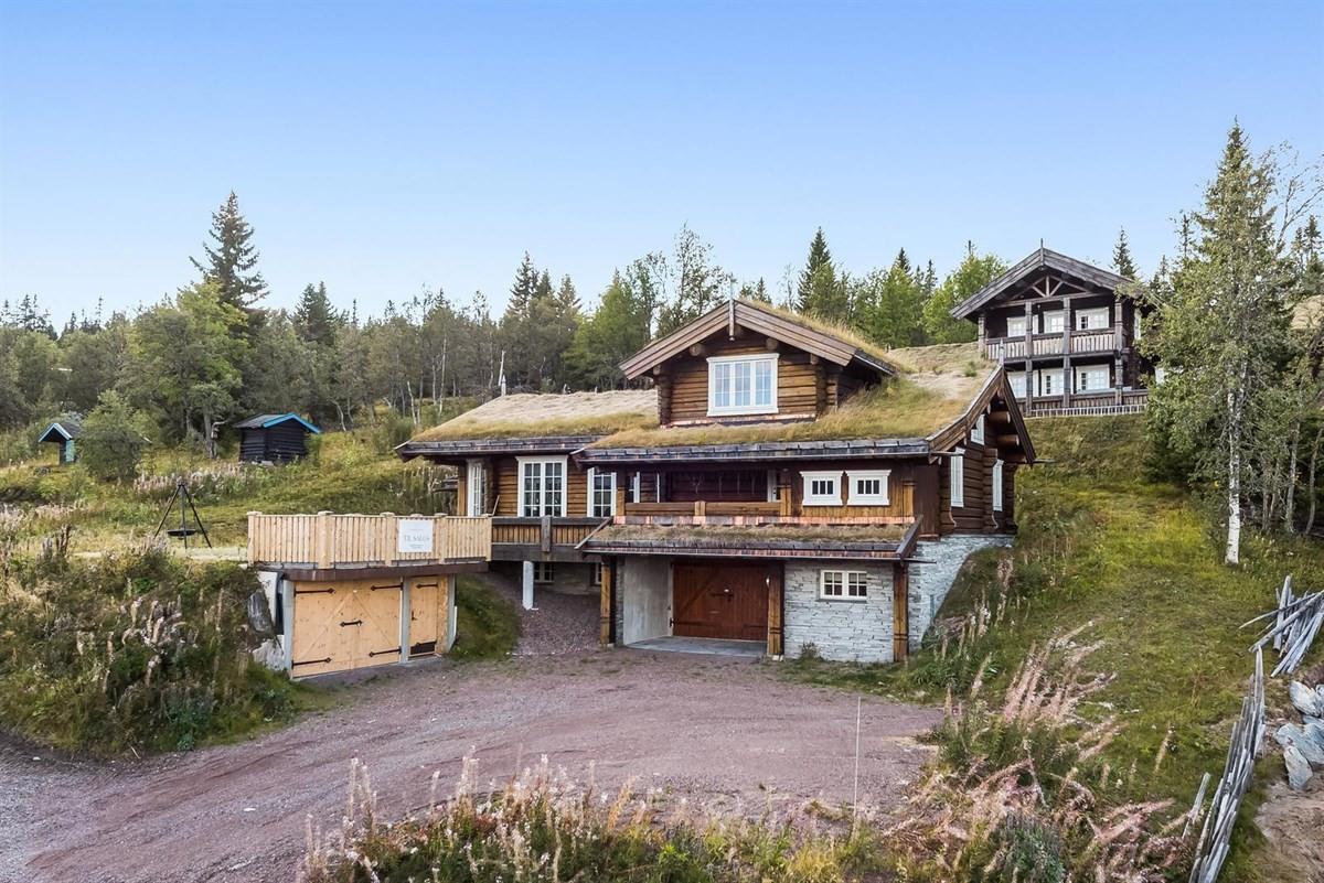Fasade - Hytta ligger høyt og fritt til med fantastisk utsikt.