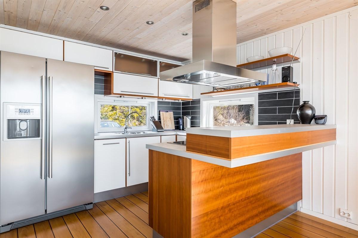 Kjøkken med fliser over benk og integrerte hvitevarer
