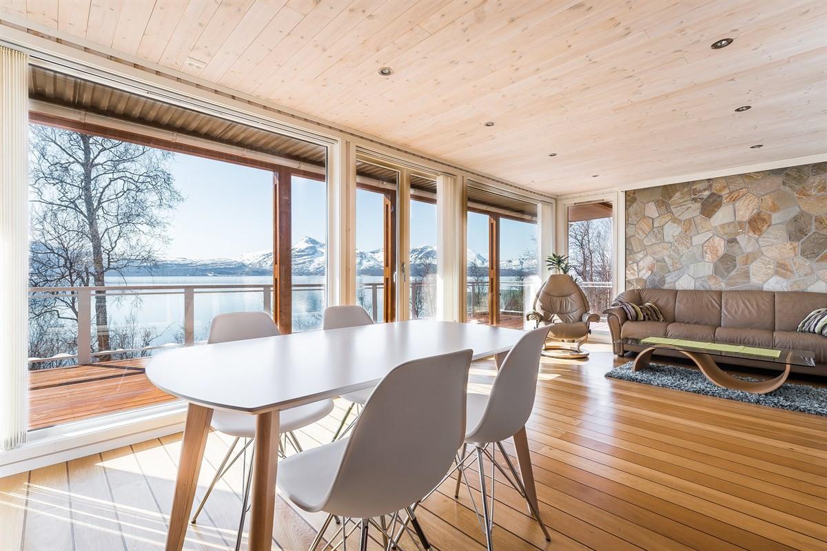 Stue og kjøkken har en flott utsikt igjennom store vindusflater fra gulv til tak