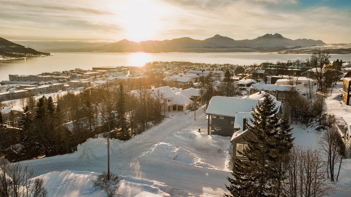 Fantastisk utsikt mot Tromsøya, Balsfjorden og Rya