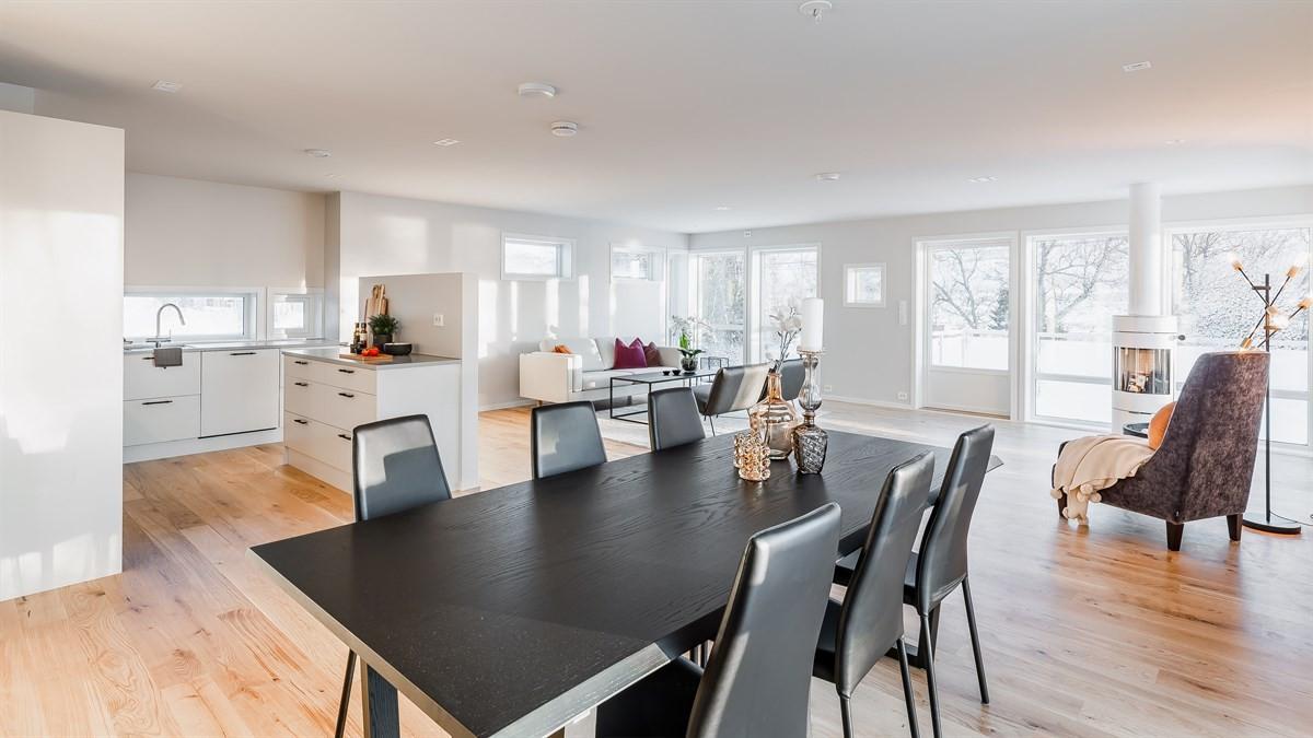 Romslig stue med parkett på gulv,  god takhøyde og store vindusflater m/flott utsikt.