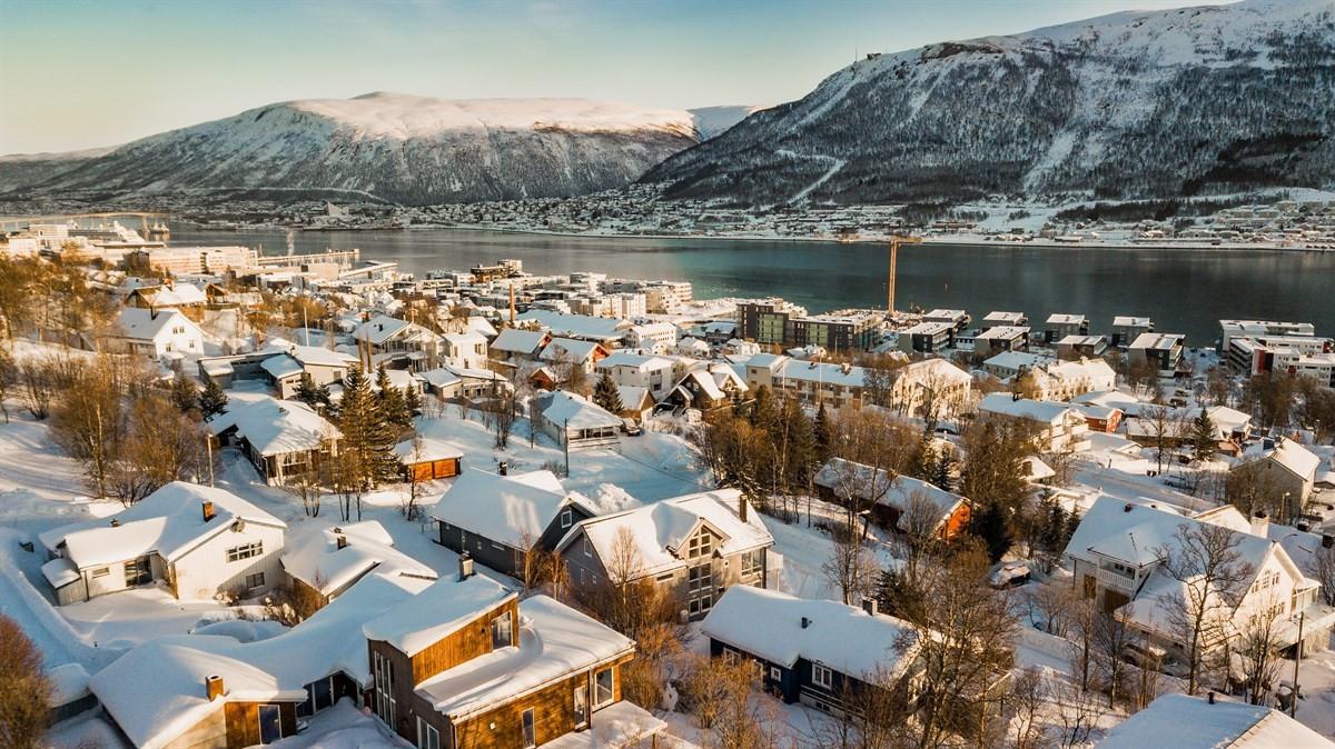 Her snakker man om beliggenhet. Unik utsikt mot fastlandet og Fløya hvor man kan nyte fjellfyrverkeriet på Nyttårsaften.