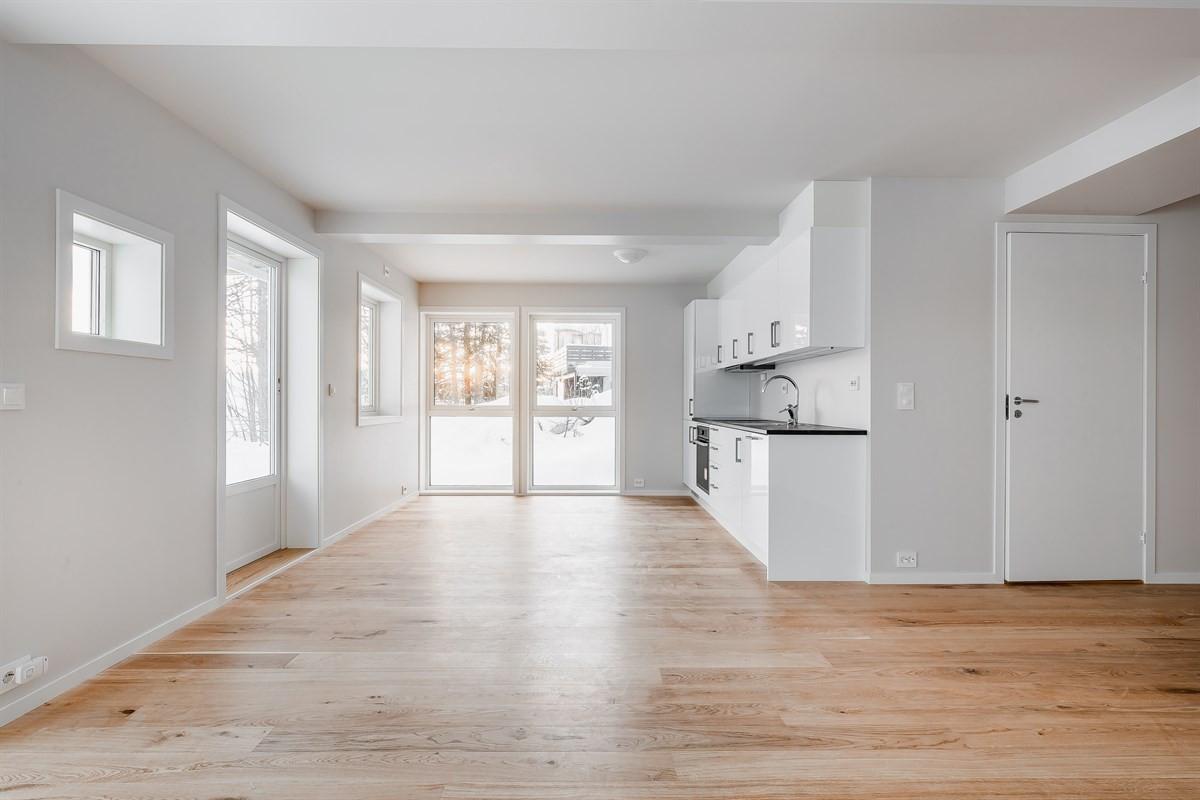 Utøleiedel i 1. etg. med åpen planløsning i stue og kjøkken.