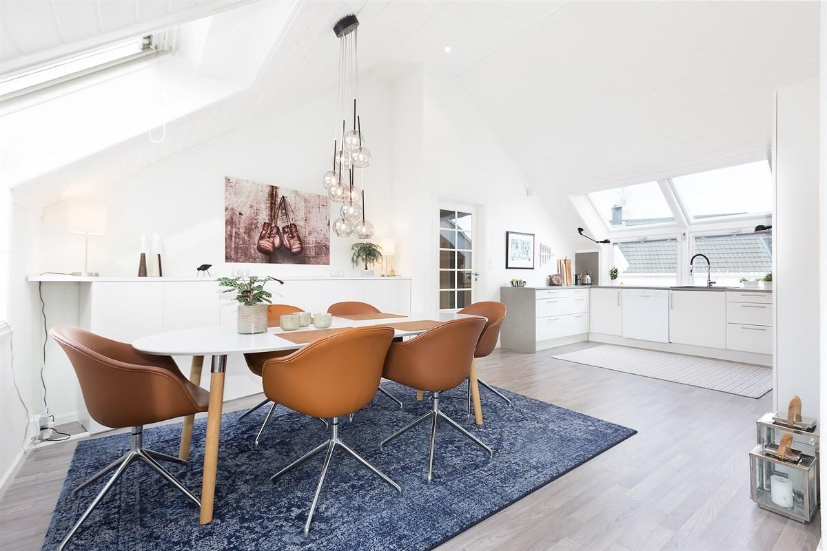 Kjøkkenet er særlig lyst og luftig, med store vinduer på hver side av rommet.