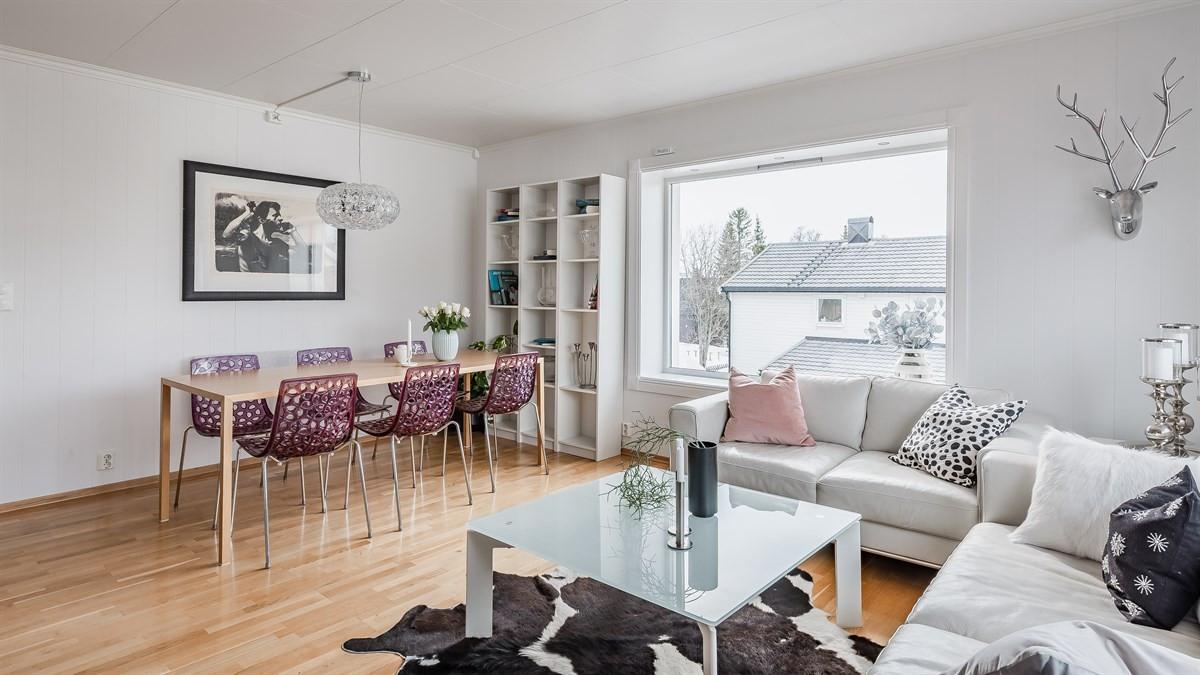 Romslig stue med god plass til salong og spisebord