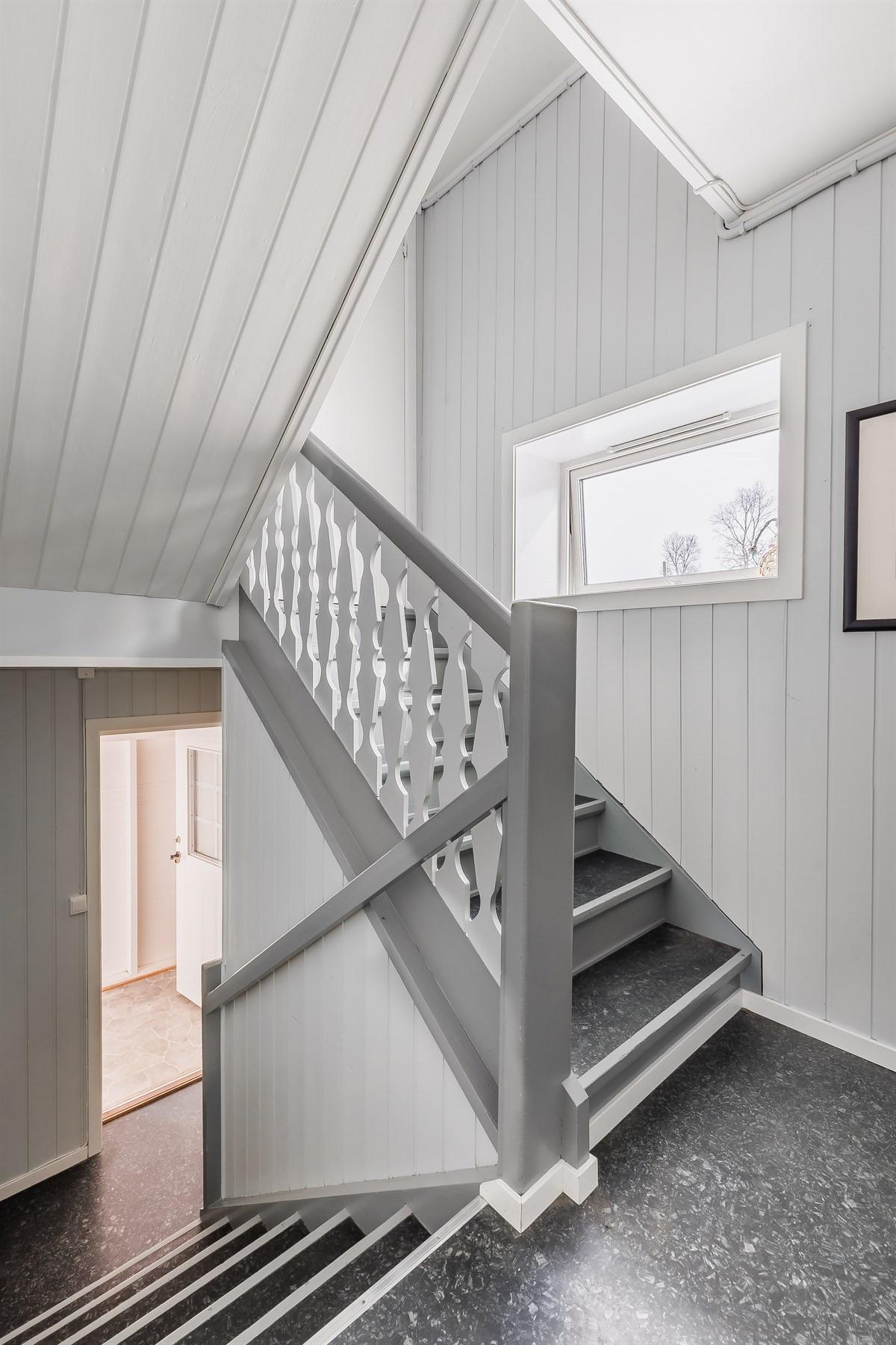 Trapp til loft med liten utleieleilighet.