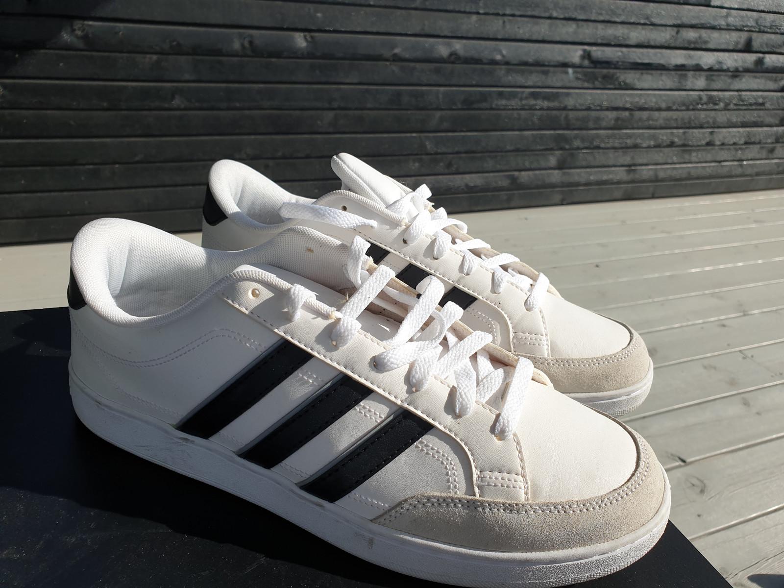 Nesten nye Hvite Adidas Sneakers, med sorte striper 44.5