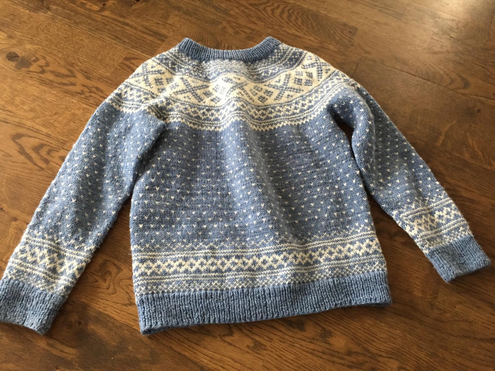 3c9959e6 Nydelig strikket genser. Veldig lite brukt. Str. 6-8 år. Kr 350. (2/36)