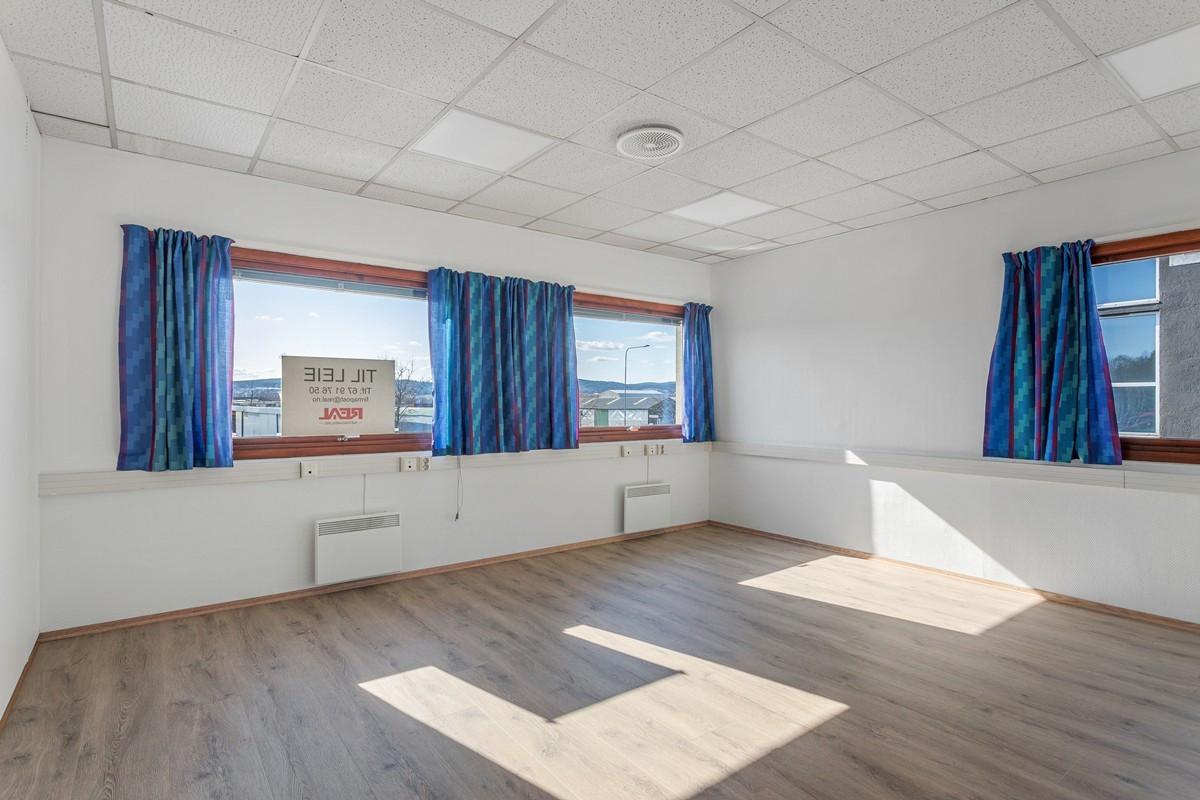 Bregneveien 4 / Stort hjørnekontor med plass til flere kontorplasser