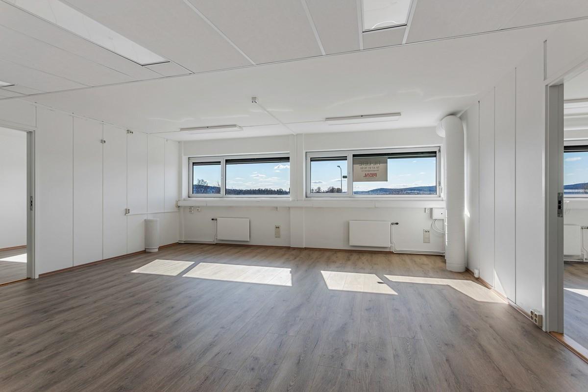 Bregneveien 2 / Stor, lyse kontorer med plass til flere kontorplasser