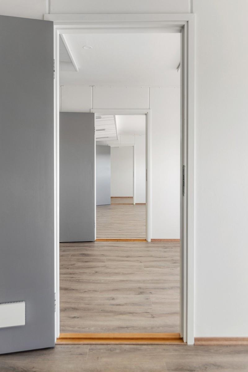 Bregneveien 2 / Adkomst fra gangen eller vi dører mellom kontorene