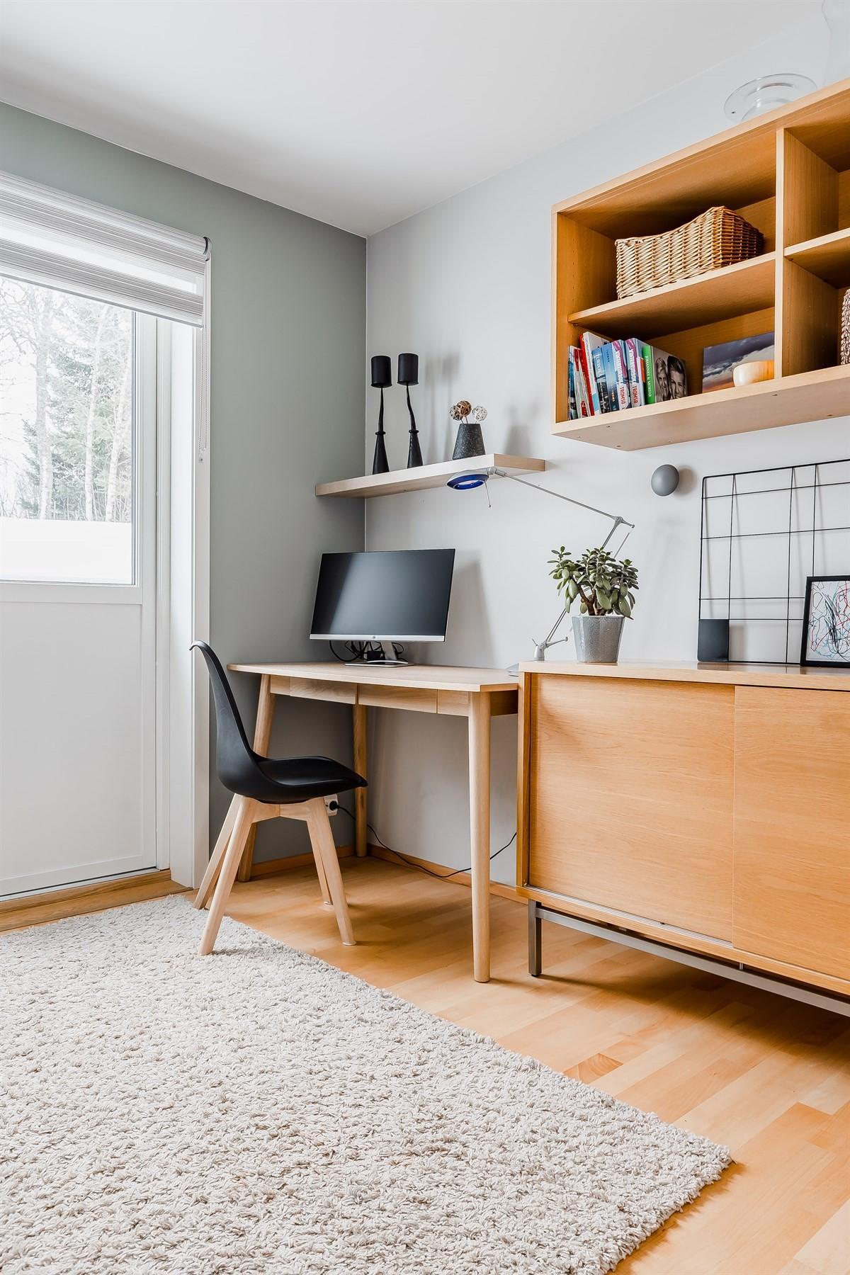 Praktisk rom for hjemmekontor, stuedieplass eller tv-stue