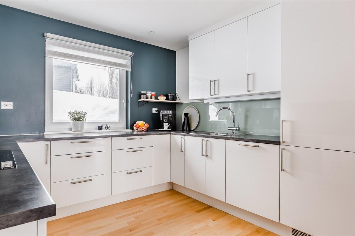 Kjøkken er tidløst med integrerte hvitevarer og rikelig med benkeplass
