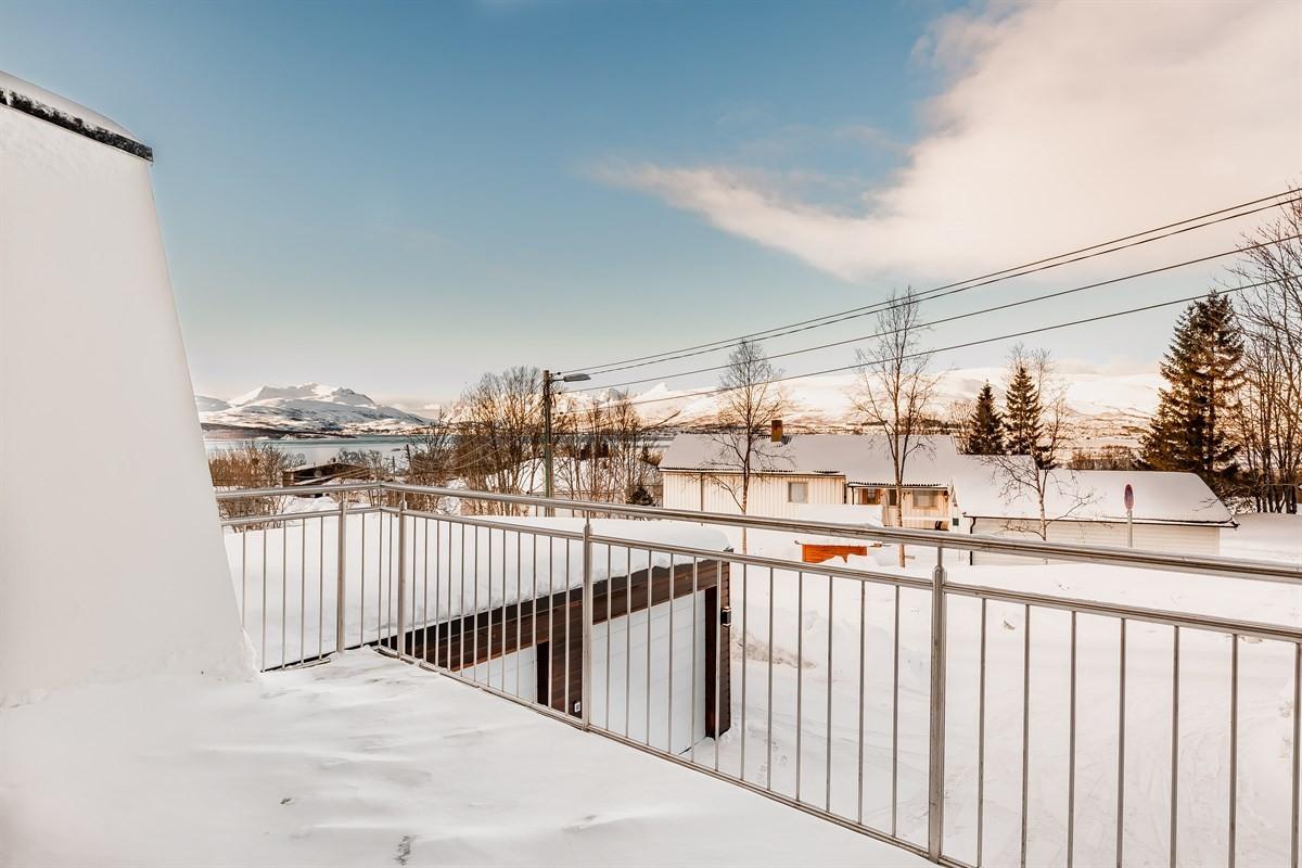 Fra stue er det utgang til vestvendt veranda med gode solforhold