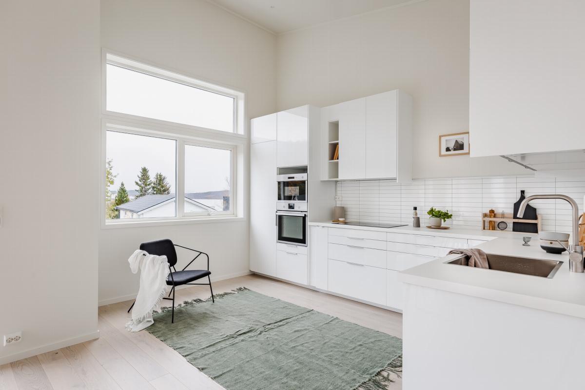 Romslig kjøkken med store vindusflater. Integrerte hvitevarer medfølger.