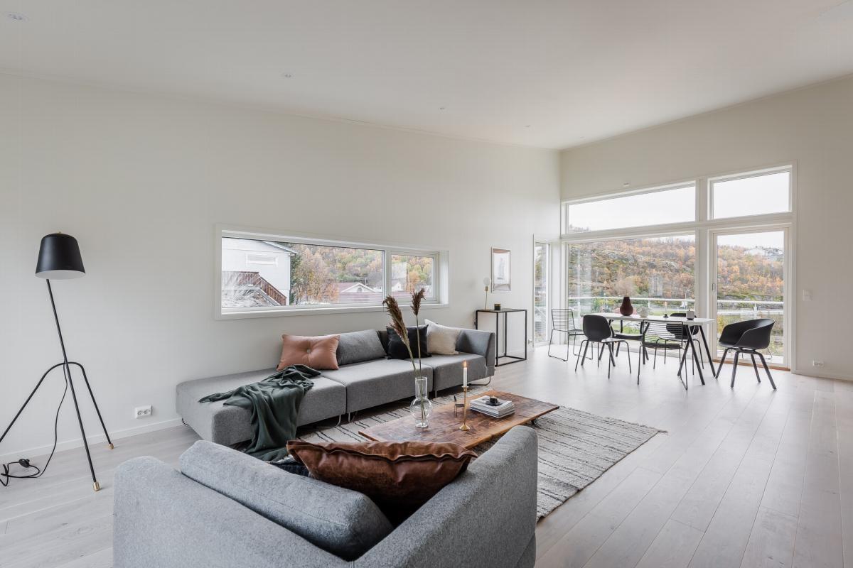 Stor stue med god plass til sofa og spisegruppe
